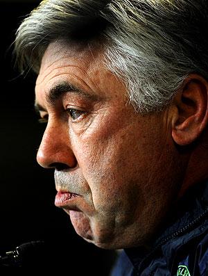 Carlo Ancelotti na coletiva do Chelsea (Foto: AFP)
