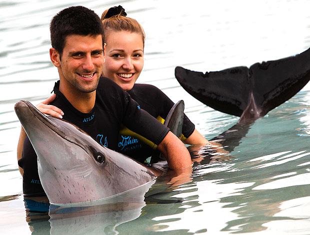 Djokovic e a namorada nadando com golfinhos (Foto: AP)