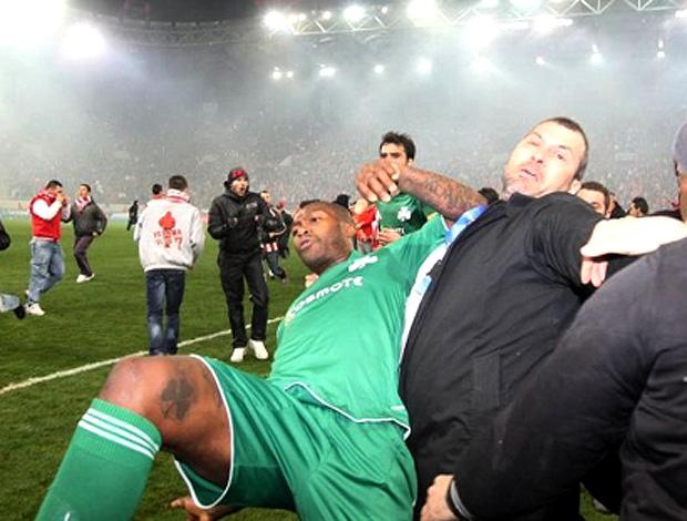 Cissé na confusão do Panathinaikos (Foto: Reprodução / SportAction)