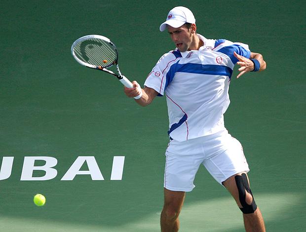 Novak Djokovic na partida contra Michael Llodra no ATP de Dubai (Foto: Reuters)