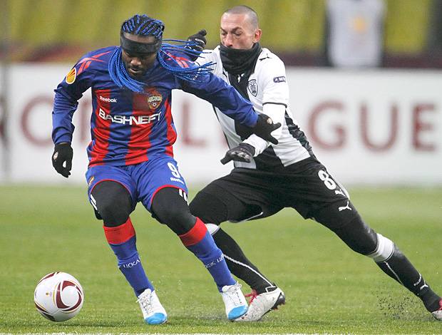 Vagner Love na partida do CSKA contra o PAOK (Foto: EFE)