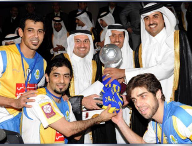 Sheik Hamad Bin Khalifa Al Thani do Qatar com Juninho e título do Al Ghrafa (Foto: Divulgação)