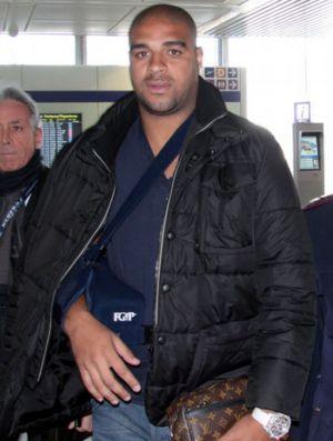 Adriano desembarca em Roma (Foto: Sky)