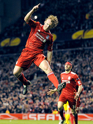 Dirk Kuyt comemora gol do Liverpool (Foto: Reuters)