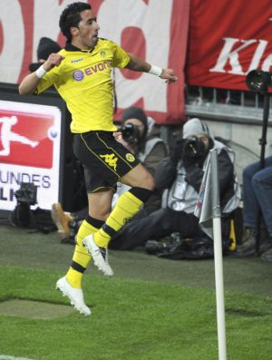 Lucas Barrios comemora gol do Borussia Dortmund contra o Bayern (Foto: Reuters)