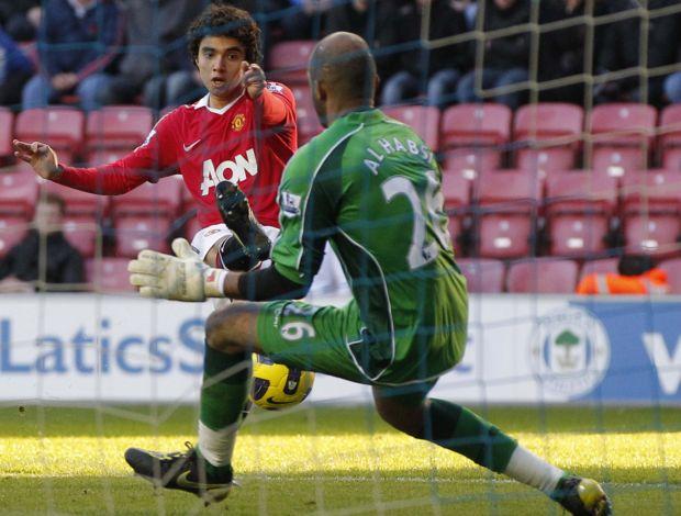Fabio faz gol pelo Manchester United (Foto: Reuters)