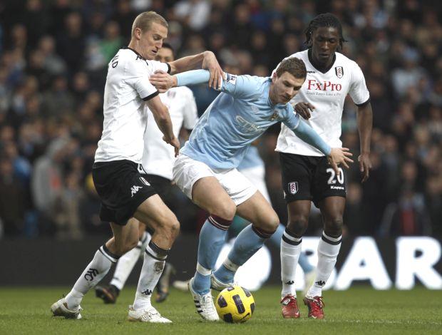 Dzeko, do Manchester City, contra o Fulham (Foto: Reuters)