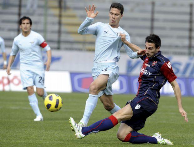 Hernanes em ação pelo Lazio contra o Cagliari (Foto: EFE)