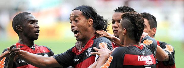 Ronaldinho antecipa carnaval rubro-negro (André Durão / Globoesporte.com)