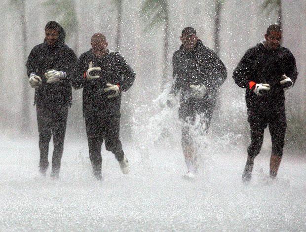 Goleiros chuva Ct Joaquim Grava (Foto: Ag. Estado)
