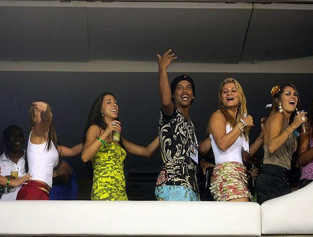 ronaldinho gaúcho sambando (Foto: Pedro Kirilos/Globo)