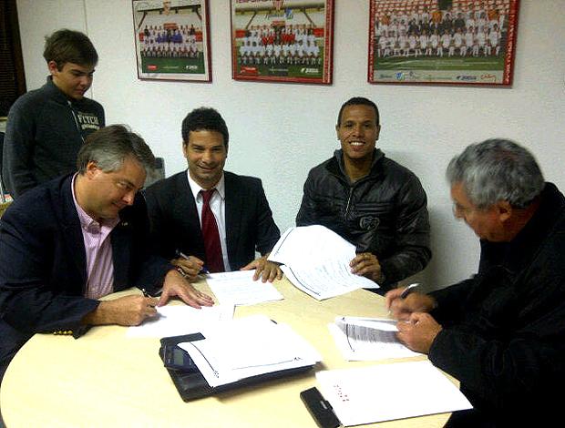 luis fabiano assinatura contrato são paulo (Foto: Divulgação / Twitter)