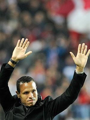 Luis Fabiano homenagem Sevilla (Foto: AFP)
