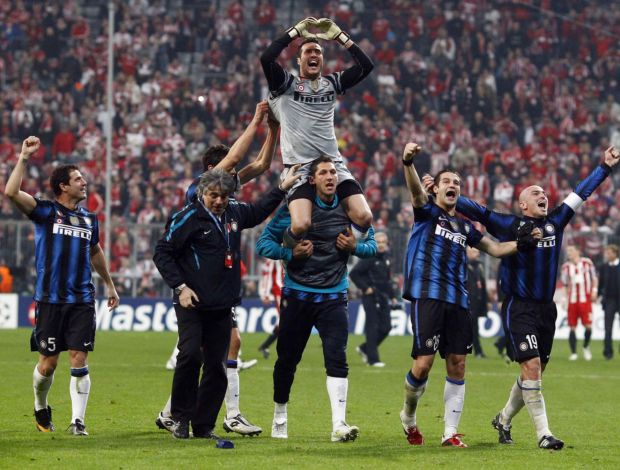 Julio César comemora vitória do Inter de Milão sobre o Bayern (Foto: Reuters)