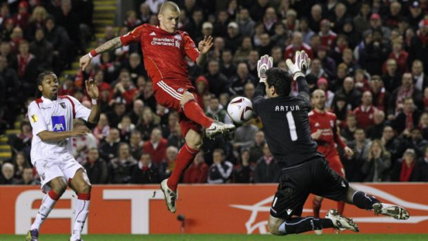 Martin Skrtel, do Liverpool, encara o goleiro Artur, do Braga (Foto: Reuters)