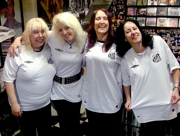 mulheres da banda Girlschool com a camisa do Santos (Foto: Luciano Piantonni / Divulgação)