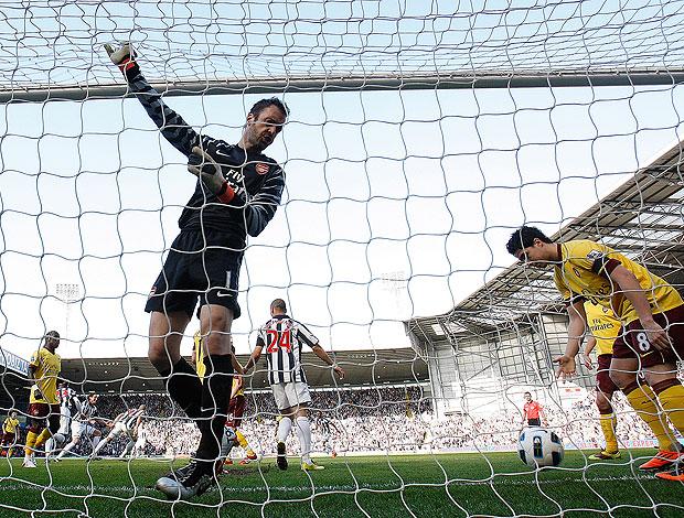 goleiro Manuel Almunia do Arsenal leva o gol contra o West Bromwich (Foto: AP)