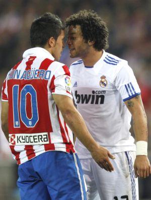 Marcelo encara Agüero no clássico entre Real Madrid e Atlético de Madri (Foto: Reuters)