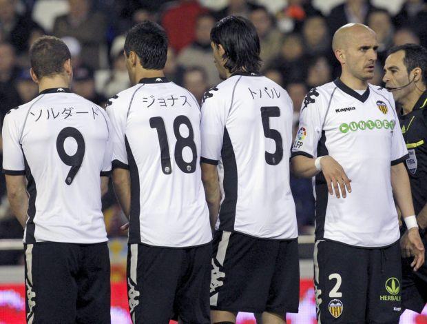 Jonas e jogadores do Valencia com os nomes em japonês na camisa contra o Sevilla (Foto: EFE)