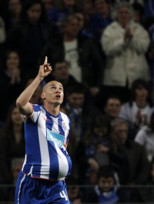 Maicon, do Porto, comemora gol contra o Académica (Foto: Reuters)
