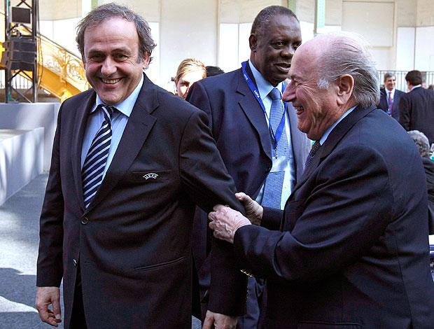 Michel Platini e Blatter no encontro da UEFA em Paris (Foto: AP)