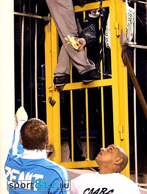 torcida do Zenit provoca Roberto Carlos (Foto: reprodução / Sport812)