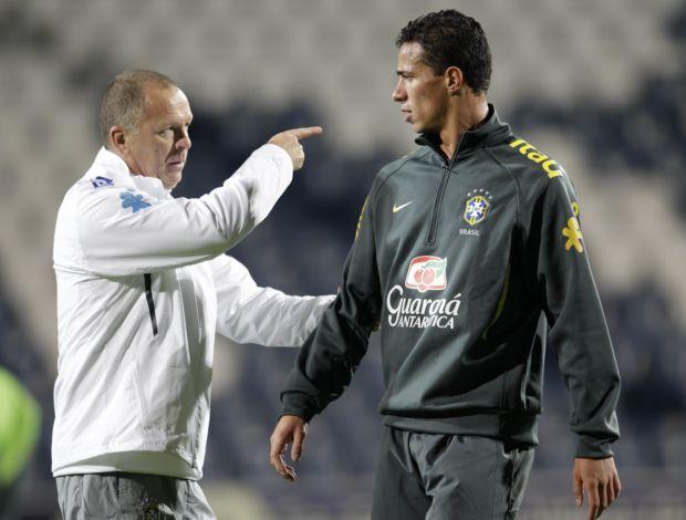 Mano Menezes orienta Leandro Damião durante o treino da Seleção (Foto: Divulgação/Mowa Press)