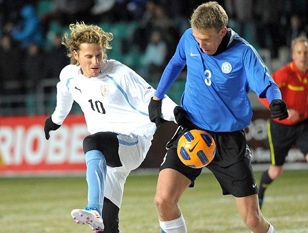 Diego Forlan na partida do Uruguai contra a Estônia (Foto: AP)