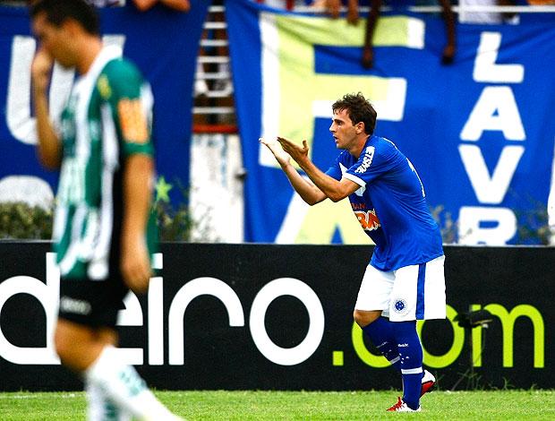 Montillo comemora gol do Cruzeiro (Foto: Ag. Estado)
