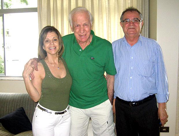 Bellini, ex-zagueiro da seleção, recebe homenagem do Avaí (Foto: Divulgação / Assessoria de Imprensa do Avaí)