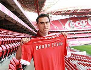 Bruno César com a camisa do Benfica (Foto: Divulgação / Site Oficial)