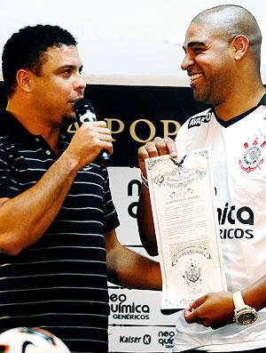 adriano ronaldo apresentação corinthians (Foto: Marcos Ribolli/Globoesporte.com)