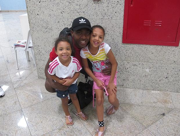 Renato com as filhas flamengo (Foto: Richard Souza/Globoesporte.com)