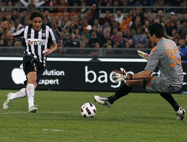 Matri, do Juventus, faz gol em Doni, do Roma (Foto: Reuters)