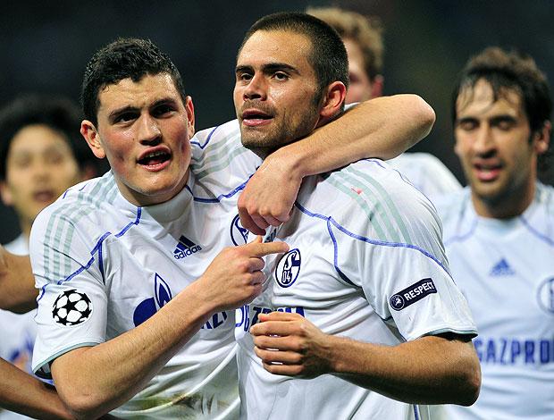 Edu comemora gol do Schalke contra o Inter de Milão (Foto: AFP)