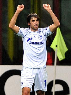 Raul comemora gol do Schalke contra o Inter de Milão (Foto: AFP)