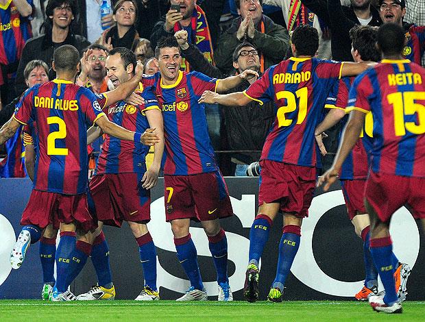 Iniesta comemora gol do Barcelona contra o Shakhtar (Foto: AP)
