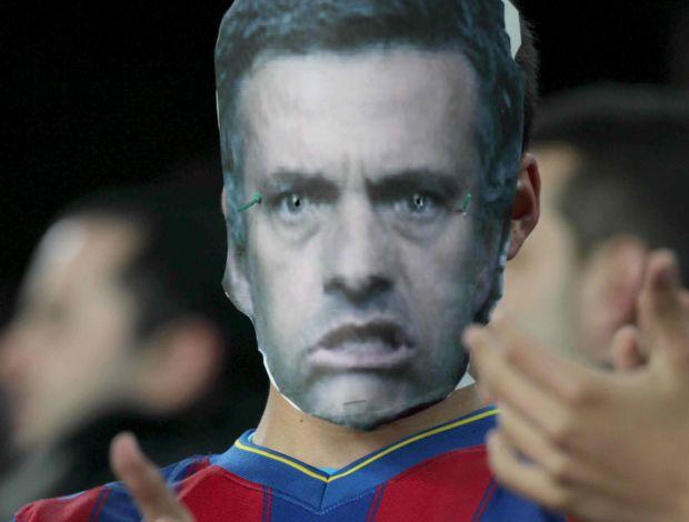 Torcedor do Barcelona provoca José Mourinho (Foto: EFE)