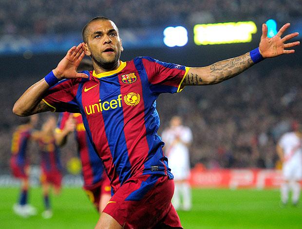 Daniel Alves comemora gol do Barcelona contra o Shakhtar (Foto: AP)