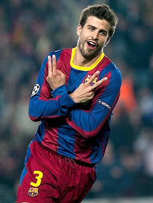 Gerard Piqué comemora gol do Barcelona contra o Shakhtar (Foto: EFE)