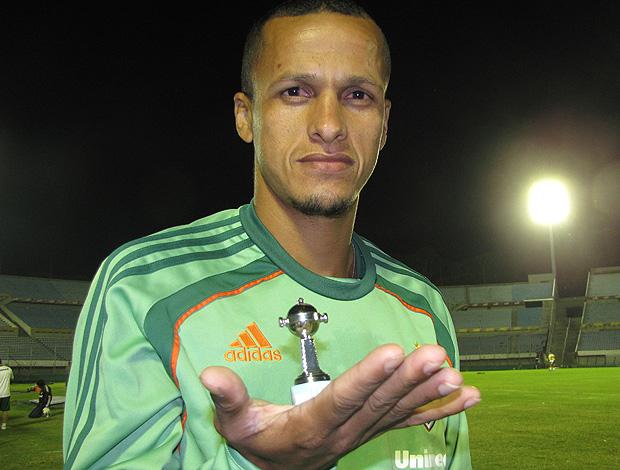 Souza fluminense exibe na palma da mão pequena taça da Libertadores (Foto: Cahê Mota / Globoesporte.com)