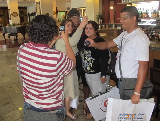 Ronaldinho com torcedores no hotel (Foto: Richard Souza / Globoesporte.com)