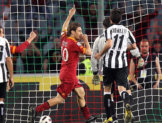 Totti comemora gol do Roma contra o Udinese (Foto: EFE)