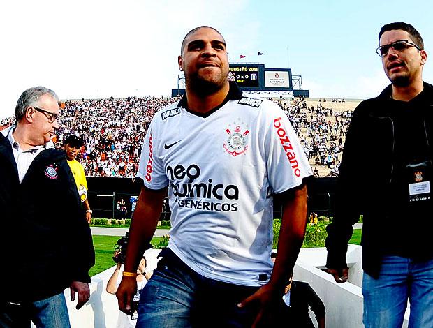 Adriano é apresentado no estádio (Foto: Marcos Ribolli / GLOBOESPORTE.COM)