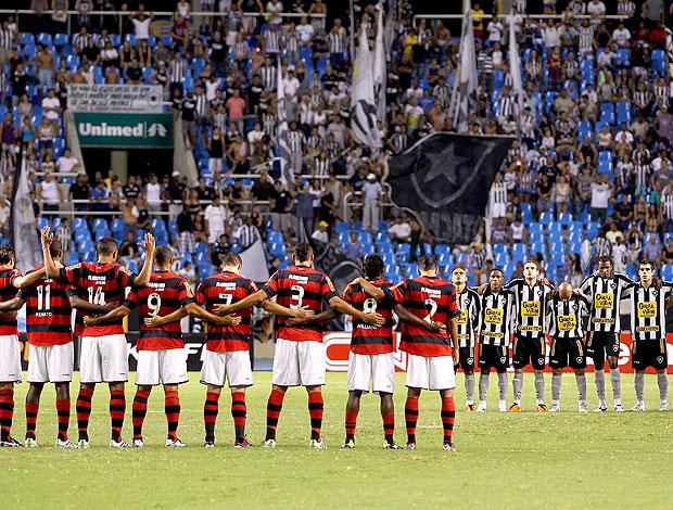 homenagem as vítimas de massacre em escola no jogo entre Flamengo e Botafogo (Foto: Alexandre Cassiano / Agência O Globo)