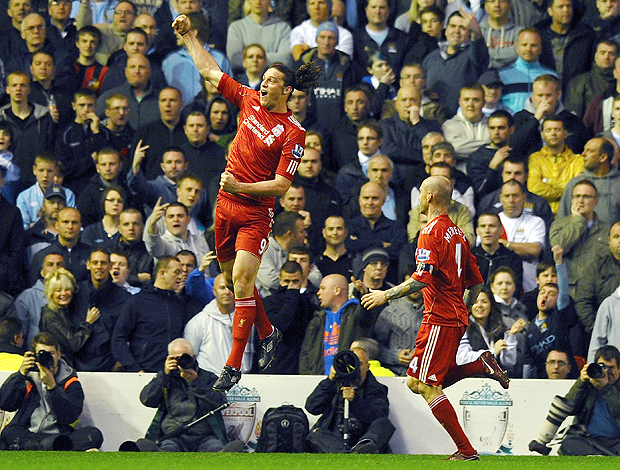 Andy Carroll gol Liverpool (Foto: AFP)