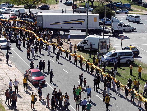 torcida do Peñarol prepara o maior bandeirão do mundo (Foto: Reuters)