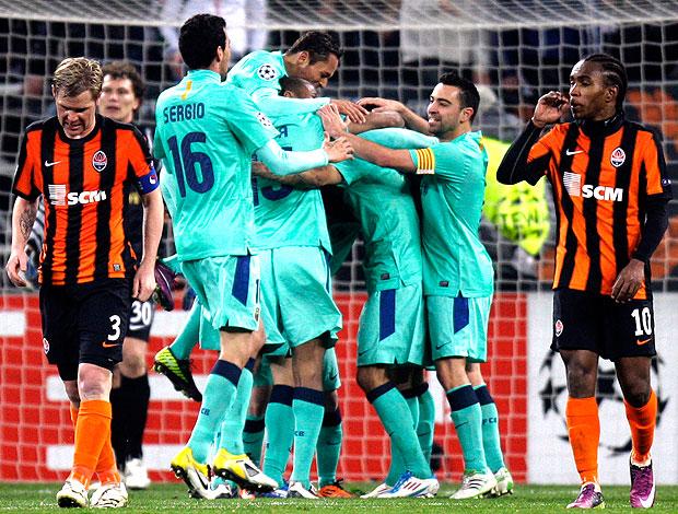 jogadores do Barcelona comemoram gol do Messi contra o Shakhtar (Foto: AP)