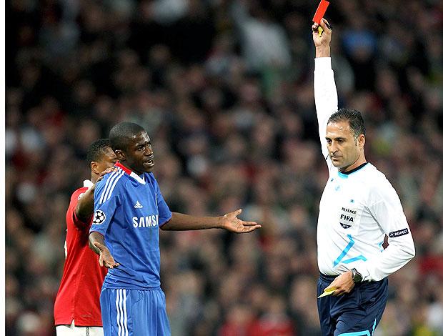 Ramires leva o cartão vermelho na partida do Chelsea contra o Manchester United (Foto: Getty Images)