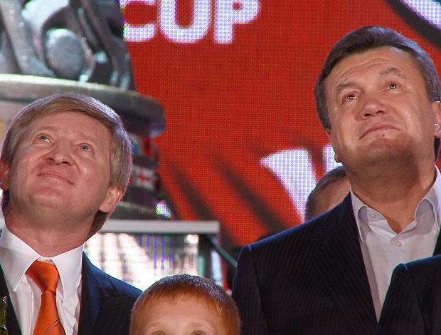 Rinat Akhmetov (esqqerda), dono do Shakhtar, ao lado de Viktor Yanukovych, presidente da Ucrânia  (Foto: Divulgação)
